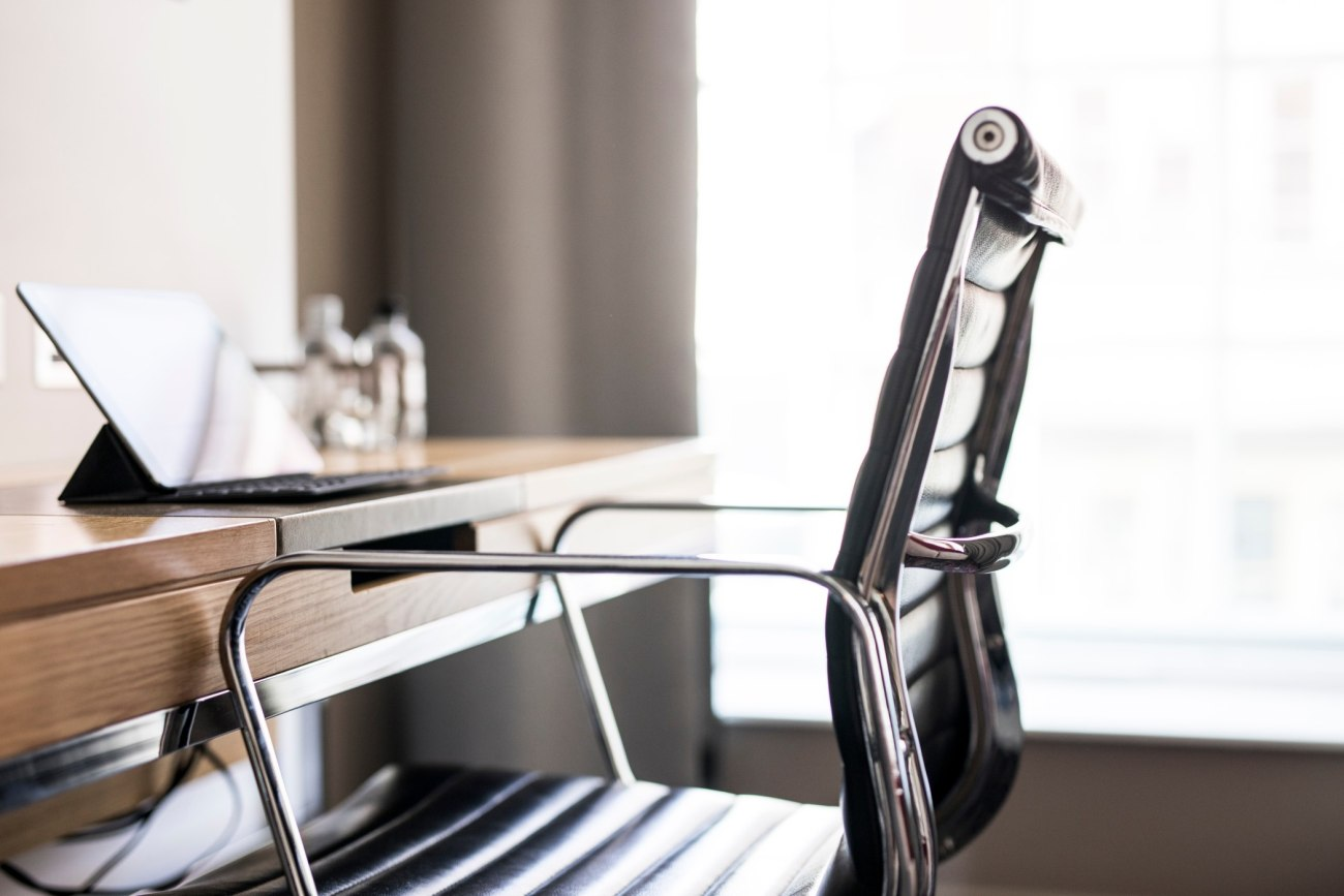 Piękny fotel w biurze na tle okna